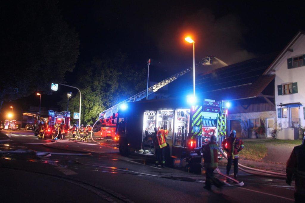 Feuerwehrleute riskieren zu jeder Tages- und Nachtzeit, wie hier zuletzt bei einem Brand in Primisweiler, ihre Gesundheit, um anderen Menschen zu helfen. (Foto: swe)